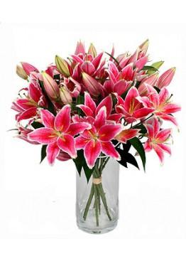 15 розовых лилий в вазе