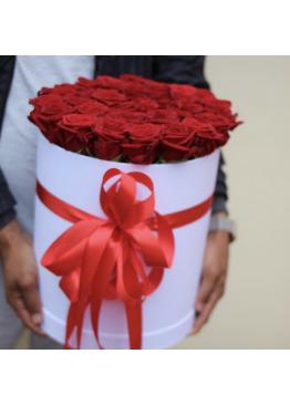 35 красных роз в коробке