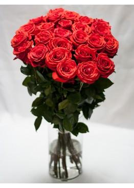 35 красных роз в вазе