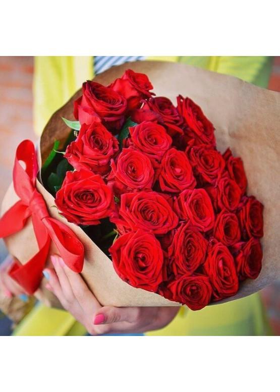 31 красная роза в крафте
