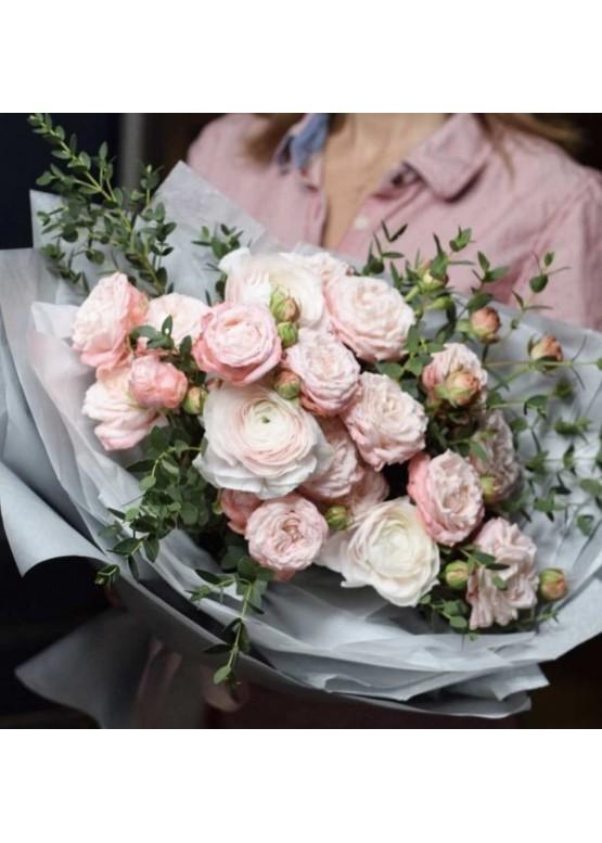 сборный букет из 5 ранункулюсов и 4 кустовых пионовидных роз с эвкалиптом